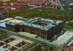 El Palacio Real de Madrid tiene  planta cerrada de cuatro alas con patio interior  y salientes en los ángulos, en línea con la tradición de los alcázares españoles.