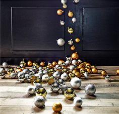 Jul på IKEA 2013: SNÖMYS julgranskulor i guld- och silverfärg.