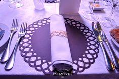 Mesa do jantar casamento com lugar americano e porta-guardanapo de papel cortado a laser. Evento Diga Sim no Terraço Itália. Foto: Planejando Meu Casamento.