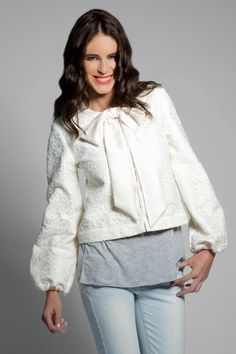 chaqueta (levita) una pieza desmontable, la puedes utilizar como levita o como chaqueta con o sin lazada en el escote..un modelo exclusivo en isabella.es