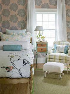 Gosto dessa cadeira charmosa ao lado da cama.