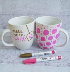 fai da te regali, una proposta che si presta ad essere personalizzata: delle tazze per la colazione decorate a mano