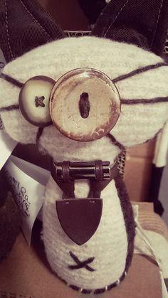 """""""Siamo unici, tutti diversi, per questo parliamo la stessa lingua"""". Ecco che vecchie sciarpe e maglioni prendono via diventando simpaticissimi #puppets, ognuno con un nome, pronti per essere adottati. #handmade #recycle #re-plaid #gift #idea"""