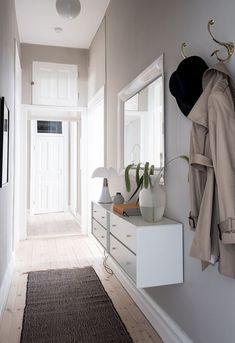 5 vanliga inredningsmissar i hallen – och hur du löser dem Apartment Interior, Interior Design Living Room, Living Room Decor, Flur Design, Hall Design, Hall Room, Simple Interior, Diy Bathroom Decor, Elle Decor