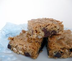 Chewy, Chunky Blondies: They have butterscotch chips, chocolate chips, coconut, and I used chopped pecans in place of the called for walnuts. Top Dessert Recipe, Dessert Bars, Dessert Recipes, Bar Recipes, Delicious Desserts, Yummy Food, Blondie Brownies, Butterscotch Chips, Brownie Bar