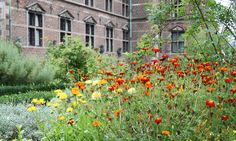 A lot of different flowers surrounds the castle. Being seen by others in a wonderful setting was thus a part of the idea behind Rosenborg from the beginning. Copyright: Rosenborg Castle / Rosenborg Slot