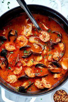 Ina Garten's Easy Cioppino Recipe Seafood Soup Recipes, Seafood Dishes, Fish Recipes, Seafood Platter, Chicken Recipes, Authentic Cioppino Recipe, Cioppino Recipe Easy, Seafood Cioppino, Gourmet