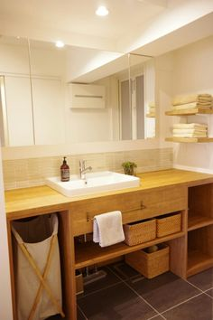 WEB内覧会⑨造作洗面台はオープン収納に!失敗と成功ポイント紹介 | ブログ『リノベと暮らしとインテリア』ここゆこ My Home Design, House Design, Pallet Kitchen Island, Kitchen Islands, Kitchen Chandelier, Bathroom Kids, Washroom, Ideal Home, Simple House