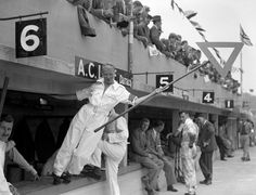 Mrs.-Aclace-signals-in-the-pits-during-the-JCC-200-Mile-Race-at-Brooklands.-August-1938.jpg (4200×3205)