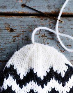 Siksak-tumput syntyvät sukkelaan! Neulo itselle ja ystävälle | Kodin Kuvalehti Crochet Earrings, Winter Hats, Diy, Bricolage, Do It Yourself, Homemade, Diys, Crafting