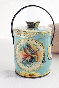 English Candy tin as a tea caddy! Café Vintage, Vintage Candy, Deco Retro, Tin Containers, Tea Tins, Tea Caddy, Tea Art, My Cup Of Tea, Tin Boxes
