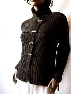 Giacca maglia merinos lana Cardigan mano donna a maglia maglione cappotto  Una po  giacca asimmetrica, morbida e calda  Linea semplice ed elegante. Chiuso con interruttori in legno naturale e piacevole.  Fare la giacca con morbida lana extra fine 100% merino.  Si può scegliere qualche altro colore! Basta scrivere a me.    ************************************************************  RIDIMENSIONAMENTO!  Il modello indossa la taglia S/M busto 89-84 cm/33 -37  Spalle 39-41cm/15.4 -16,2  Colore…