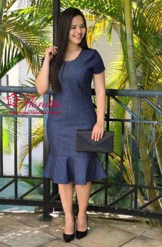 Vestido Classico confeccionado Jeans com elastano , modelagem Tubinho, acabamento e costura no tom. Informações Adicionais:Tamanhos: P ao GCor: AzulModelo: Vestido JeansMaterial:Jeans com elastanoFoto realizada com tamanho: P