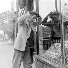 Teen boy fixing his pompadour in Des Moines, Iowa, unpublished photo by Nina Leen for LIFE magazine Vintage Photographs, Vintage Images, Vintage Men, Vintage Romance, Vintage Style, Chicano, Iowa, Teddy Boys, Young Americans
