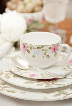 .Pretty Teacup, Saucer and Plates