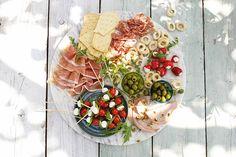 Nodig: een mooie borrelplank. En verder... allemaal lekkers uit Italië. - Recept - Allerhande Tapas, Bite Size Food, Party Platters, Happy Foods, What To Cook, Appetizers For Party, High Tea, Street Food, Wine Recipes