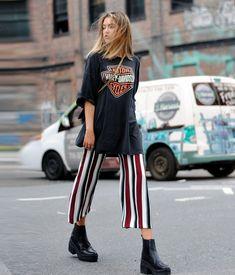 Girl - T-Shirt-Vintage-Harley-Oversize-schwarz-Hose-Pantacourt-Streifen-Coturn It Girl - T-Shirt-Vintage-Harley-Oversize-schwarz-Hose-Pantacourt-Streifen-Coturn . -It Girl - T-Shirt-Vintage-Harley-Oversize-schwarz-Hose-Pantacourt-Streifen-Coturn . Look Fashion, Trendy Fashion, Street Fashion, Womens Fashion, Fashion Trends, Fashion Clothes, T Shirt Fashion, Fashion Ideas, Ladies Fashion