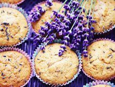 Für die Lavendel-Muffins zunächst die Butter rechtzeitig aus dem Kühlschrank nehmen und weich werden lassen. Backrohr auf 180 °C vorheizen. Die