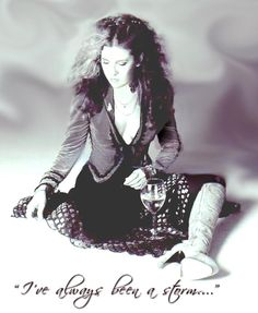 a stunning photo edit of Stevie ~ ☆♥❤♥☆ ~ love her wild hair and how she's sitting on the floor, thinking, planning, remembering Rock And Roll Fantasy, Buckingham Nicks, Stephanie Lynn, Stevie Nicks Fleetwood Mac, Look Vintage, Beautiful Voice, Beautiful People, Love Her Style, Female Singers