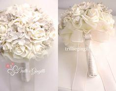Bouquet sposa alternativo bianco realizzato con rose panna e ortensie avorio. White bouquet with roses and hydrangea. Vuoi vedere altri bouquet simili? Vai su www.trilliegingilli.com