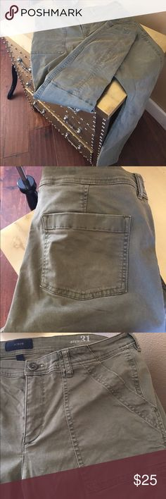 J.Crew Army Green Cargo Pants Large front pockets adorn these army green Cargo pants, Slum fit, with just the right amount of stretch. 97% Cotton 3% Spandex J. Crew Jeans