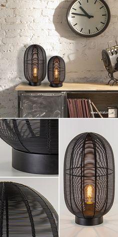Een stoere tafellamp in een modern jasje. De mat zwarte tafellamp is gemaakt van een metalen frame waar tussen metaaldraad is gevlochten. Dit zorgt ervoor dat er een sfeervolle verlichting ontstaat en dat je niet direct in de lichtbron kan kijken. De lamp past mooi op een dressoir of bijzettafel en combineert prima in een #industrieel, #landelijk of #modern interieur. #straluma #tafellamp #verlichting Decor, Lamp Decor, Lamp, Home Deco, Living Room Designs, Lights, Interior, Room Design, Home Decor