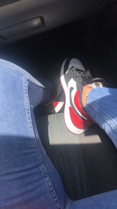White Nike Shoes, Nike Air Shoes, Jordan Shoes Girls, Girls Shoes, Tumbr Girl, Sneakers Fashion, Shoes Sneakers, Japonese Girl, Cool Instagram Pictures