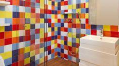 Mueble baño blanco sobre azulejos de color