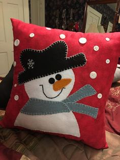 Frosty The Snowman Pillow Christmas Cushions, Christmas Pillow, Felt Christmas, Christmas Ornaments, Christmas Trees, Christmas Sewing Projects, Holiday Crafts, Christmas Applique, Christmas Embroidery