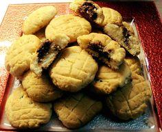 ΠΑΝΕΥΚΟΛΑ ΜΕ ΛΙΓΑ ΥΛΙΚΑ...!!!  ΥΛΙΚΑ  Μισή Πλάκα Βιτάμ  1/4 της λούπας λάδι ελαφρύ,  1 αυγό,  3κουτ στης σούπας γιαούρτι,  1... Greek Desserts, Greek Recipes, Biscuits, Recipies, Food And Drink, Cookies, Sweets, Chocolate, Baking