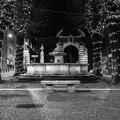 Istantanea notturna di luci e ombre nello scatto di @millyberto08   ___________________ #canon_photos #canon_600d #brescia_today #brescia #visitbrescia #lombardia #italy #streetphotography #streetphotography_bw #blackandwhite #blackandwhitephotography #bnw_globe #noir_shots #noirblanc #fontain #bresciacentro #amoilcentroperchè #35mmstreetphotography #visitbrescia #movingculturebrescia  #atlantediviaggio