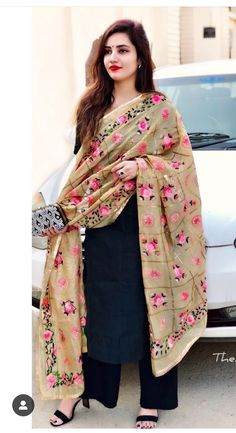 Nice combination of black and lightish brown dupatta which is having pink floral print. LOOKS AWESOME Patiala Suit Designs, Kurta Designs Women, Salwar Designs, Simple Indian Suits, Salwar Suits Simple, Indian Attire, Indian Ethnic Wear, Indian Outfits, Suit Fashion