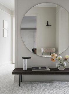 Überdimensionaler runder Spiegel über einer Sitzbank im Flur, schöne Flur Lösung