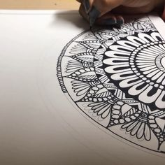 Video of a mandala start to finish mandala drawing, artsy fartsy, cool desi Mandala Doodle, Easy Mandala Drawing, Mandala Art Lesson, Mandala Artwork, Doodle Art Drawing, Simple Mandala, Mandalas Painting, Mandalas Drawing, Pencil Art Drawings
