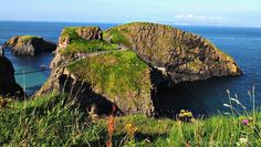 """Jody Halsted auf Instagram: """"Crossing Carrick-a-Rede rope bridge may not be for the faint of heart- but it offers an experience you won't forget! #Ireland…"""""""