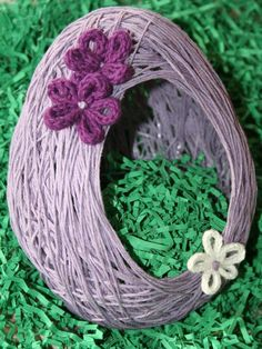 Easter egg basket, with knit flowers. Wrap glue-saturated yarn around a balloon to mold your basket. We suggest Cascade Ultra Pima cotton yarn. Preschool Crafts, Easter Crafts, Holiday Crafts, Holiday Fun, Easter Ideas, Easter Egg Basket, Easter Eggs, Fun Projects For Kids, Crafts For Kids