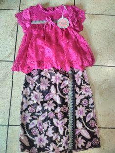 Kebaya anak babydoll bahan brokat semi perancis. Bawahan rok batik. Harga : 325.000 Call/ SMS/ WA : 0856 9565 7732