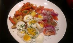 Boiled eggs with baked carott, parsley and tomato-onions salat Boiled Eggs, Parsley, Onions, Breakfast, Sweet, Food, Morning Coffee, Meal, Onion