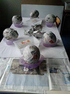 un tuto en images étapes par étapes pour réaliser une poule de Pâques avec du papier mâché ( colle et papier journal) et un ballon de baudruche.