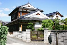 I really like traditional Japanese homes...the simplicity, the smell of wood, the manicured courtyard...so peaceful.