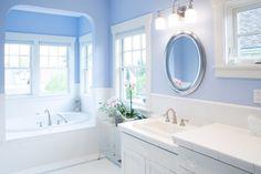 une salle de bains en blanc et bleu clair avec un sanitaire blanc