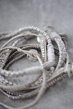 Nu har vi fått in nya smycken i till våren och sommaren. Armband & halsband från 99 kr i många färger och modeller. Fina att kombinera ...