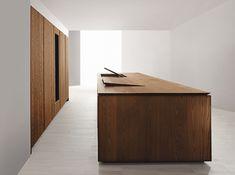 Tekin vindt het een mooi kookeiland. Apparatuur/rommel uit het zicht. Als het afgesloten is, is het een groot houten blok (vol verrassingen) 045 Kitchen in wood by MK Cucine.