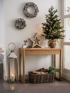 Recibidor decorado de Navidad: consola y árbol y estrella