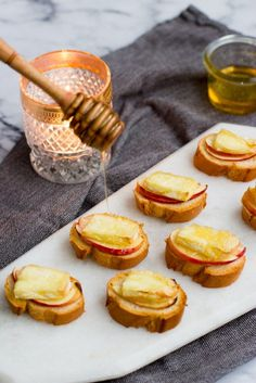 Bruschetta with brie apple & honey Dessert Party, Snacks Für Party, Easy Snacks, Bruschetta, Fingers Food, Eat Better, Brie, Good Food, Yummy Food