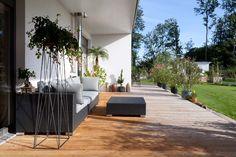 HARTL HAUS Kundenhaus mit gemütlicher Couch und jeder Menge grün. So hat man einen optimalen Blick in den Garten. Couch, Patio, Outdoor Decor, Home Decor, Gable Roof, Porches, Settee, Decoration Home, Sofa