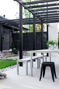 18 PERGOLE PER LA BELLA STAGIONE - Design Therapy Black Pergola, Deck With Pergola, Wooden Pergola, Pergola Shade, Patio Roof, Pergola Patio, Pergola Plans, Backyard, Pergola Ideas