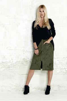 AUTUMN POETRY Pulower z efektownie wykończonym przodem, 159 zł + spódnica ze sztucznego zamszu w modnym zielonym kolorze, 179 zł.