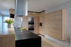 Pracovní deska v kuchyni je žula Impala. Kuchyňské skříňky jsou v nezvyklém rozmístění do čtverce na stěně, a to hlavně proto, že jedinou pracovní plochou je velký ostrůvek v prostoru
