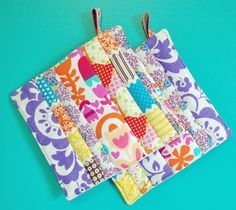 Sew Gifts scrap fabric pot holders - These scrap busting pot holders are easy to make and are a perfect beginner sewing project. The pot holders have InsulBrite between the layers of fabric, Sewing Hacks, Sewing Tutorials, Sewing Crafts, Tutorial Sewing, Sewing Ideas, Potholder Patterns, Sewing Patterns, Quilting Projects, Sewing Projects